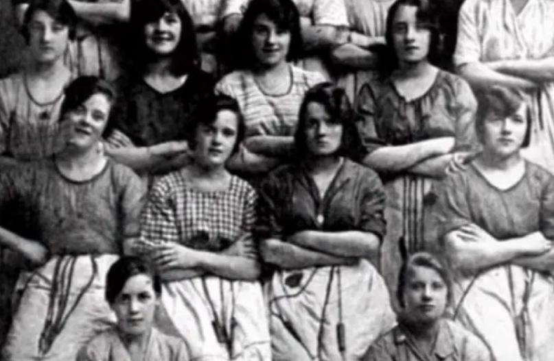 Pronađena slika starija od 100 godina, na njoj UZNEMIRUJUĆI DETALJ! DOBRO  OBRATITE PAŽNJU na drugi red na slici(FOTO) | Žena Portal